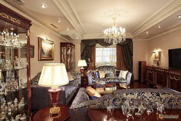 Интерьер гостиной в доме  современный и классический стиль кухни-гостиной